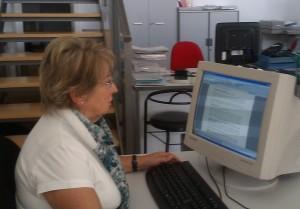 Menchu en la oficina de Cruz Roja Empleo Valencia