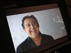 """Mariano Peña sonriendo tras la cámara en el rodaje del Spot de Campaña """"En realidad no tiene gracia"""" de Cruz Roja"""
